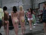 Eine Gruppe nackter Teengirls wird öffentlich gedemütigt