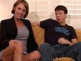 Gutaussehende reife Mutti lässt sich von Teenagerboy durchficken und vollspritzen